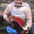 Manuel José a tocar a concertina. Soito da Ruiva, 2007.