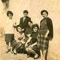 Maria Alice com mãe, irmãos e amiga (Arganil, 1963) (esq. p/ dta: Adélia, Jaime, Maria das Neves Ventura (mãe); Beatriz, Maria Alice e Mariana)