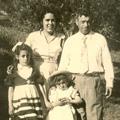 Zulmira Alexandrina da Luz com o marido e as filhas (Santo Amaro da Cerdeira, 1955)