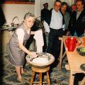 Dorinda Martins dos Santos a fazer pão