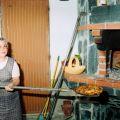 Dorinda Martins dos Santos, a tirar o pão no forno