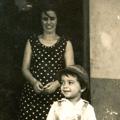 Maria Adelina e a filha Margarida, no Motorro, durante a estada em África (anos 60)