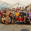 Ana do Carmo (2.ª dta.) acompanhado os trabalhadores da Cerâmica Constancia, numa fotografia de grupo (Lisboa, 1974/75)