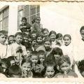 Alice com os amigos da escola. (3ª fila, 2ª da dta. p/ a esq.)