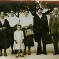 Família de Maria dos Anjos em Lisboa (década de 50): avó materna (1ª esq.), mãe (4ª esq.) e pai (5.ª esq.)