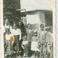 Maria dos Anjos Fontinha (mais alta, à esq.), com a avó paterna (de negro) e irmão (ao lado da avó), Chãs d'Égua, 1957