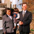 Adelaide Nunes acompanhada do seu marido António Nunes e da sua neta Sofia (Mourísia, 1997)