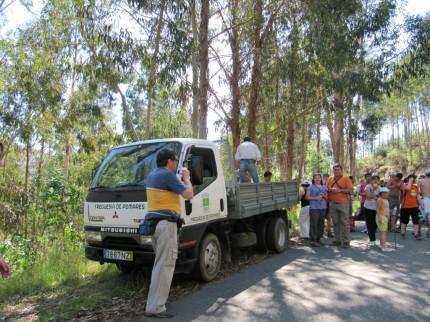 Carro de apoio da JF Pomares - Fruta e àgua para todos os participantes