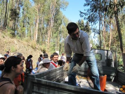 E o Sr António distribuía fruta e àgua...sem mãos a medir!!!