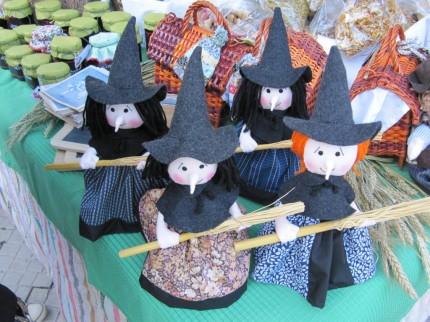 Na banca de artesanato as bruxas foram rainhas