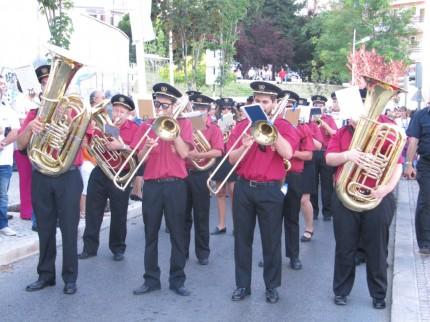 A banda da Incrivel Almadense acompanha a procissão