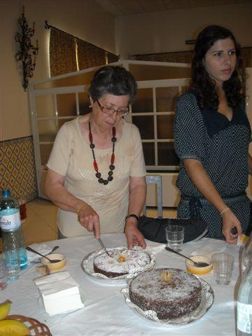 Maria Arcanja partindo os bolos