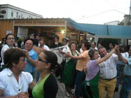 Gente do Soito da ruiva e de Pomares num baile de improviso proporcionado pela Filármonica de Pomares